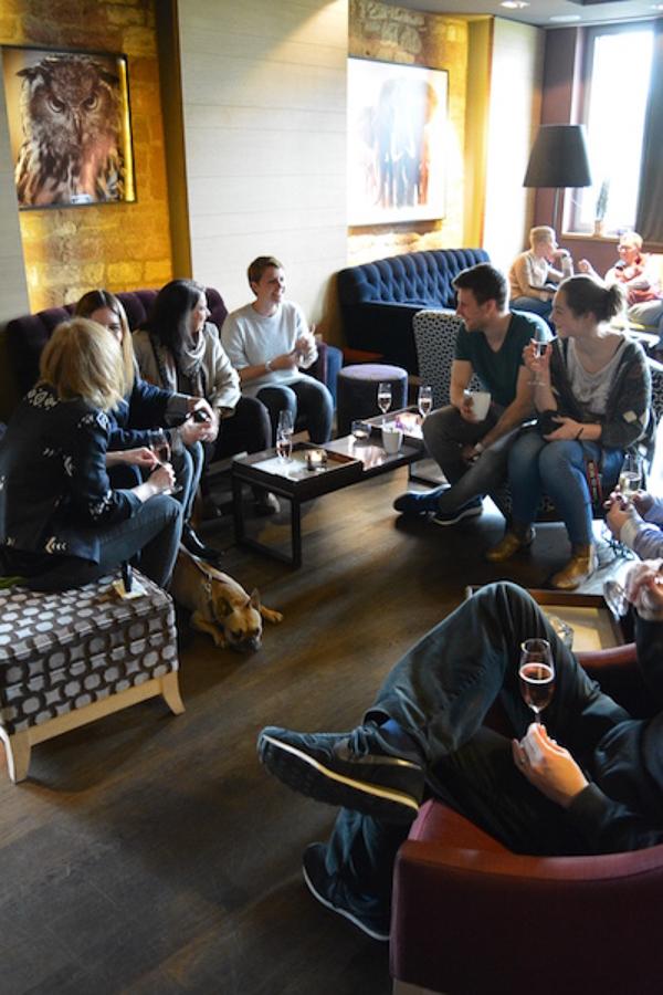 Loesch-Gruppe-in-der-Lounge