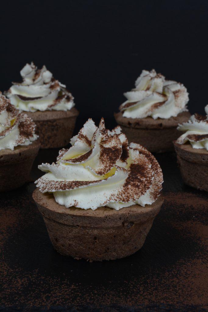 schoko-cupcakes-mit-kirschwasser-topping-1