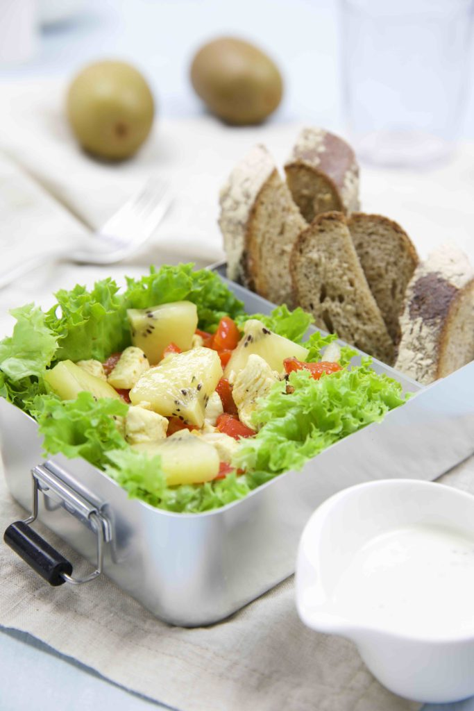 Salat mit Hühnchen und Kiwi