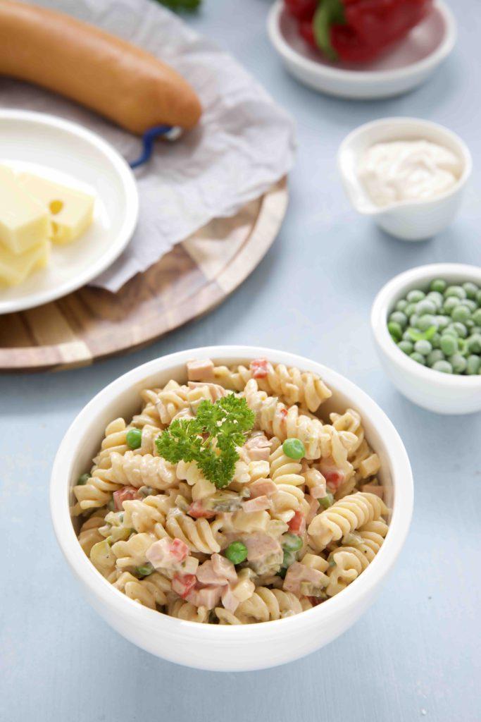 Nudelsalat mit Wurst und Käse