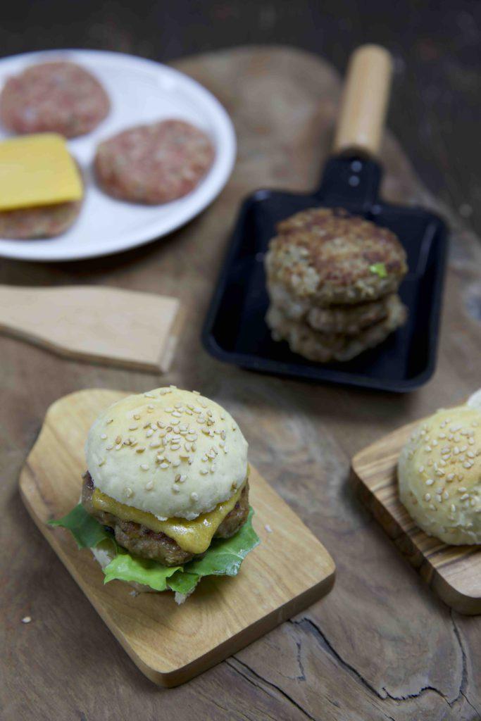mini burger vom raclette grill rezept f r mini br tchen und burger. Black Bedroom Furniture Sets. Home Design Ideas
