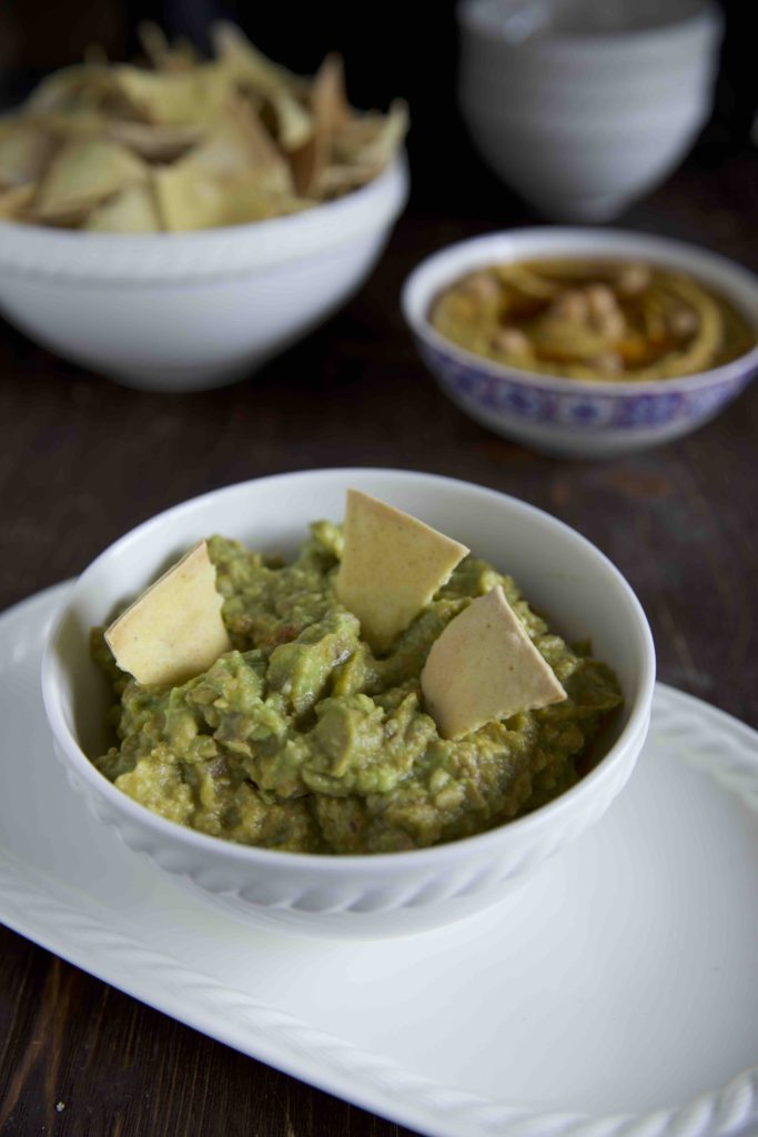 selbstgemachte tortilla chips mit hummus und guacamole. Black Bedroom Furniture Sets. Home Design Ideas