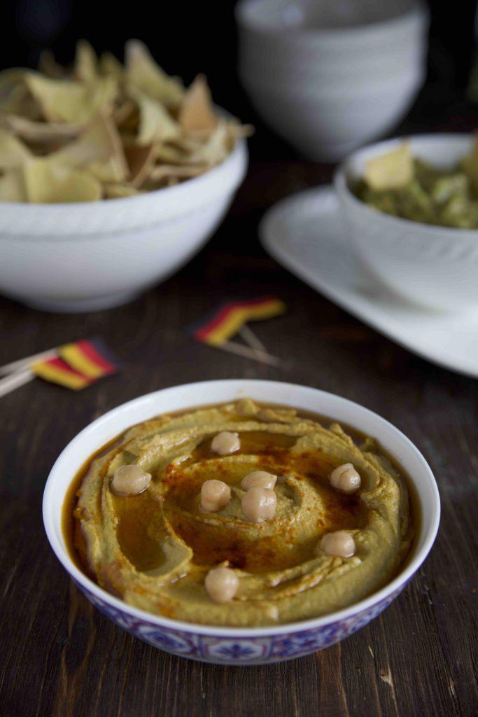 Selbstgemachte Tortilla Chips mit Hummus und Guacamole
