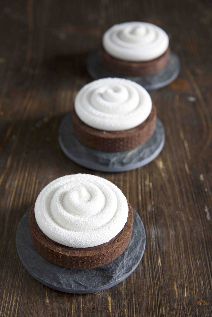 Mini Tarte au Chocolat mit Panna Cotta Haube