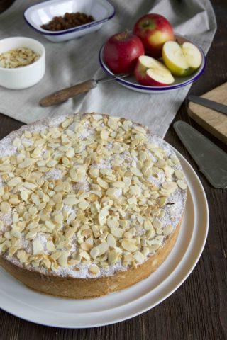 Gedeckter Apfelkuchen mit Rumrosinen